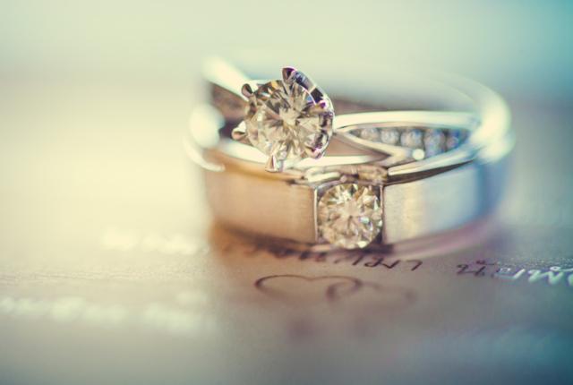 【相場は30万】決め手はカラットだけじゃない!婚約指輪に見る愛の形
