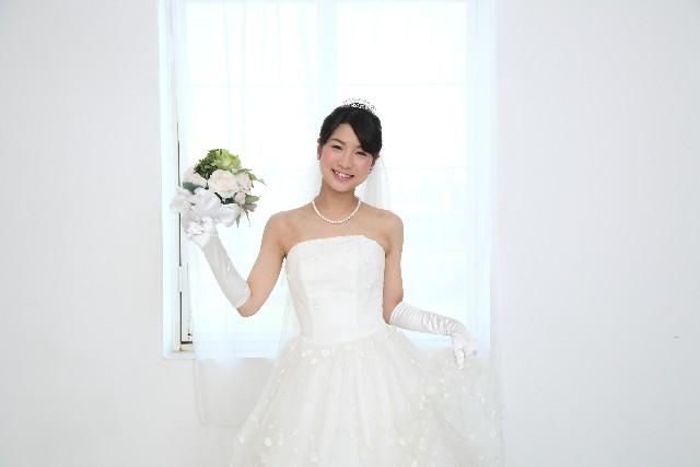 究極の花嫁!?独身女性の「ひとりぼっち婚」