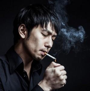 (画像:PAKUTASO)愚痴っぽい男と尊敬できない男は恋愛対象外!恋人に求める優先順位は「タバコ・容姿・価値観」 (1)