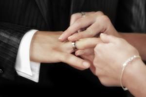"""左手の小指は婚活と関係が深い?!ピンキーリングで恋愛成就の""""おまじない""""(画像:FrankWinkler)"""