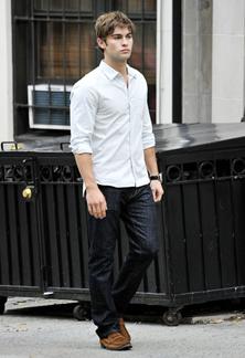【1位】白シャツ + デニムパンツ