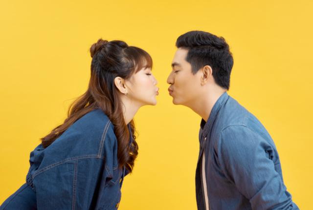 5月23日はキスの日!街コンでアクリル板越しのキスを体験!