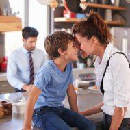専業主婦よりも共働き家庭で育った子供のほうが立派な大人になる?